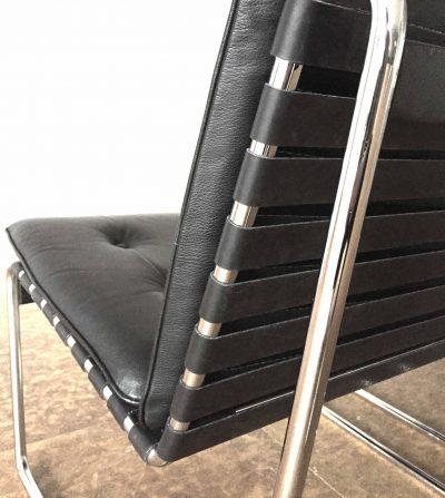 detail gerestaureerde zetel met rubberen singels